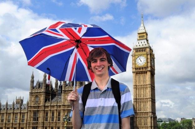 chlopak-trzymajacy-parasolke-w-barwach=flagi-angli-w-londynie-angielski-na-dzis