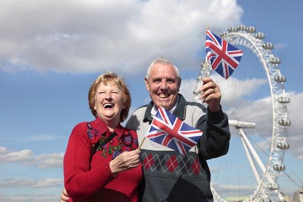 para-staruszkow-trzymajaca-flage-brytyjska-w-londynie-angielski-na-dzis