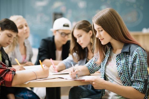 studenci-przy-nauce-angielski-na-dzis