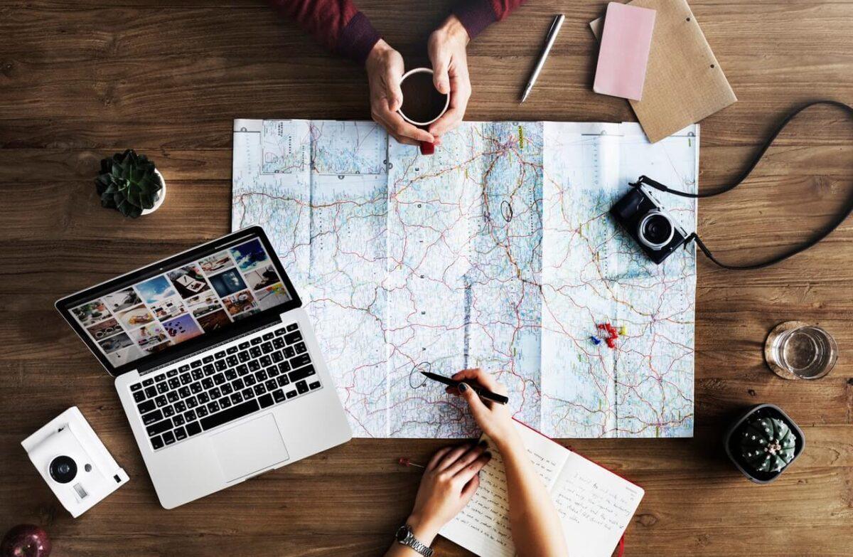 Rozlozona-mapa-aparat-i-laptop
