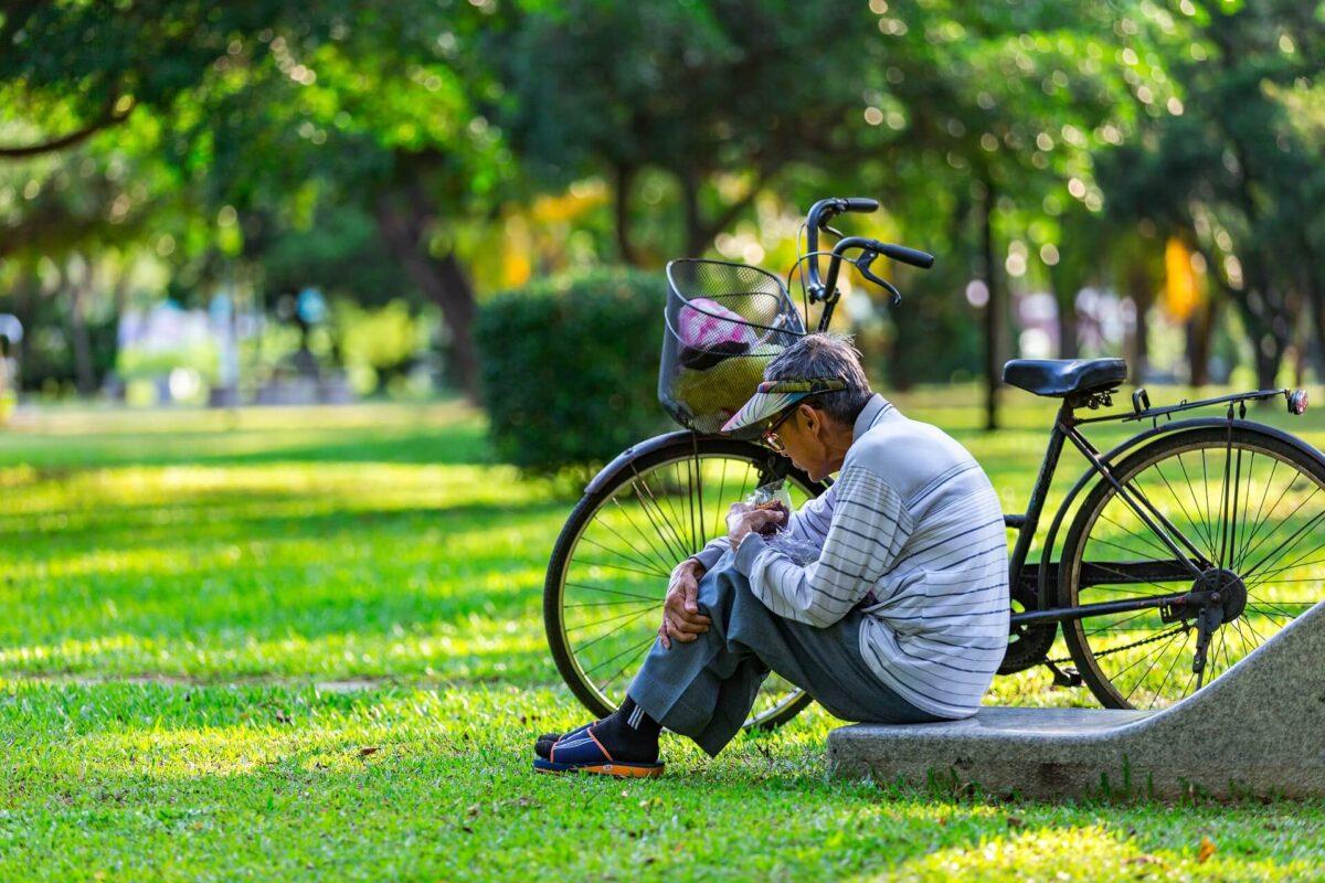 Starszy-pan-siedzacy-na-trawie-angielski-na-dzis