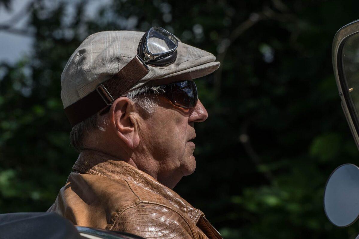 Starszy-pan-w-czapce