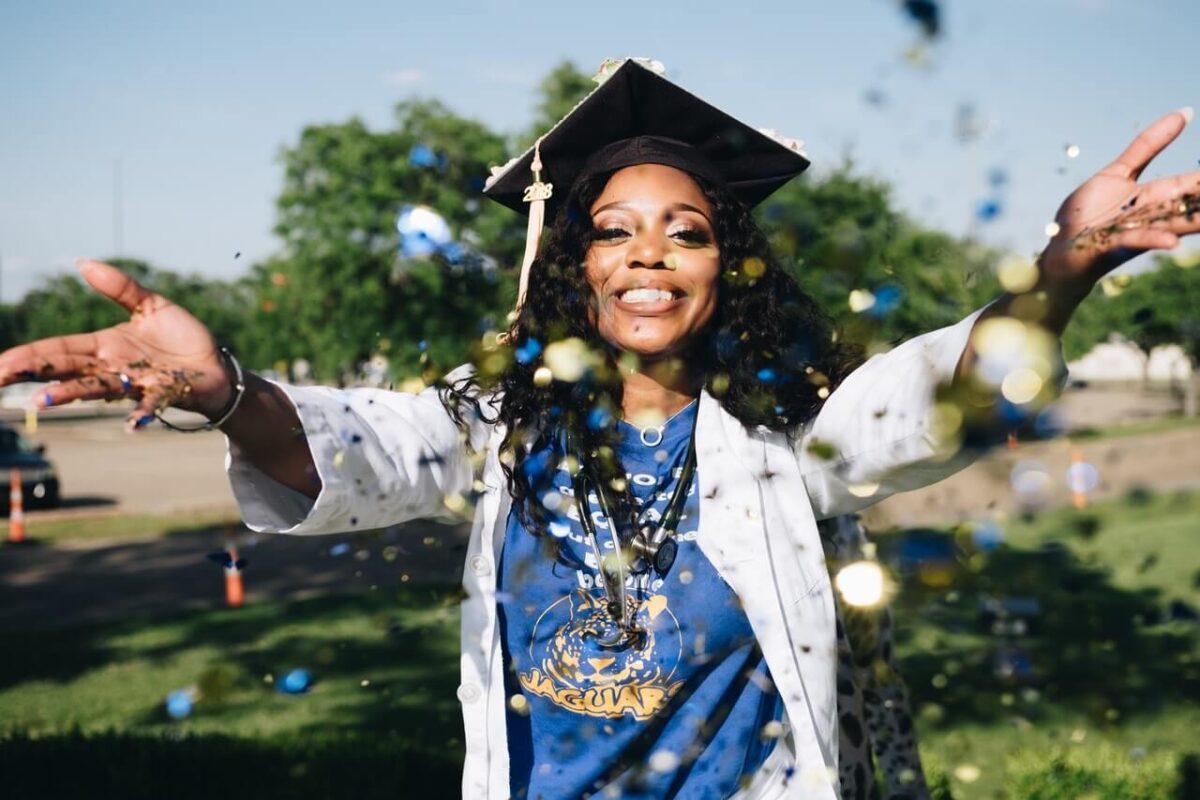 Usmiechnieta-kobieta-w-czapce-absolwenta