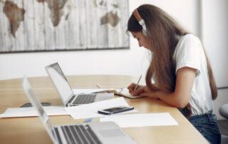 Kobieta ucząca się przy biurku